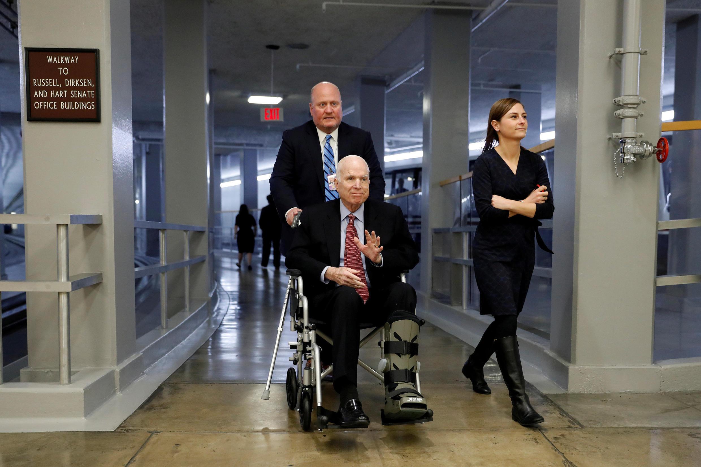 Mặc dù đang điều trị trọng bệnh, thượng nghĩ sĩ John McCain vẫn đến Thượng Viện để bỏ phiếu ngày 6/12/2017.