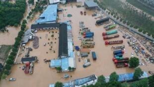 安徽黄山附近歙县被洪水包围的场面。