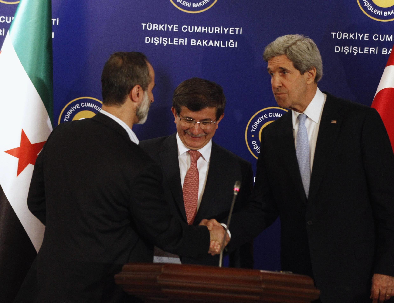 Ngoại trưởng Mỹ John Kerry (phải) và đại diện đối lập Syria Moaz al-Khatib. Ảnh ngày 20/04/2013