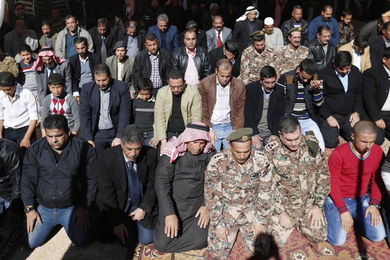 Familiares e amigos do piloto jordaniano rezam após a morte do soltado.