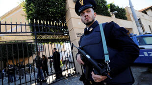 Un policier monte la garde devant la Villa Igiea, lieu de la conférence internationale sur la Libye à Palerme, le 12 novembre 2018.
