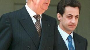 L'ancien Premier ministre Edouard Balladur (G) et Nicolas Sarkozy, ministre du Budget à l'époque, à l'Elysée, le 3 mai 1995.