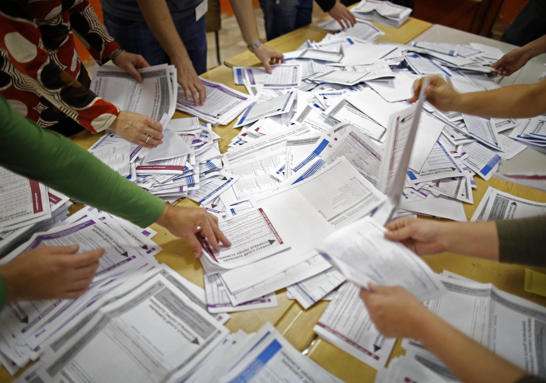 Conteo de votos en Zenica, el pasado 12 de octubre de 2014.