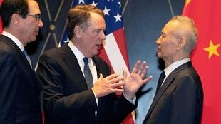 7月31日,上海,中國主談的副總理劉鶴與美國貿易談判代表萊特希澤(中)、財長姆努欽(左)合影後談話。
