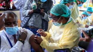 津巴布韦民众接种新冠疫苗资料图片