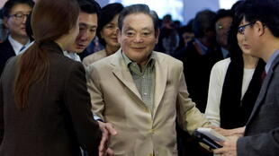 Ли Гон Хи (в центре) сделал компанию Samsung всемирно известной. Фото 12.01.2012. Лас-Вегас.