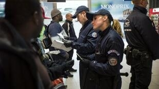 Des policiers procèdent à des contrôles d'identité à la gare du Nord à Paris. (Image d'illustration)