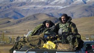 Des soldats arméniens traversent la frontière entre le Haut-Karabakh et l'Arménie, près de Vardenis, le 8 novembre 2020.