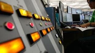 Ecrans d'ordinateurs au centre de contrôle du LHC du CERN à Genève.