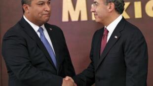 Le ministre de l'Intérieur Francisco Blake Mora (G) avec le président Felipe Calderon (D) à Mexico le 14 juillet 2010.