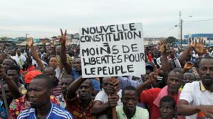 Photo d'illustration. Les supporters du «non» au référendum manifestent à Abidjan, le 22 octobre 2016.