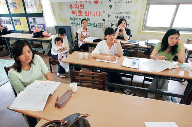接受韩国文化培训的越南新娘资料图片