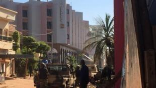 Forças policiais em frente ao hotel.