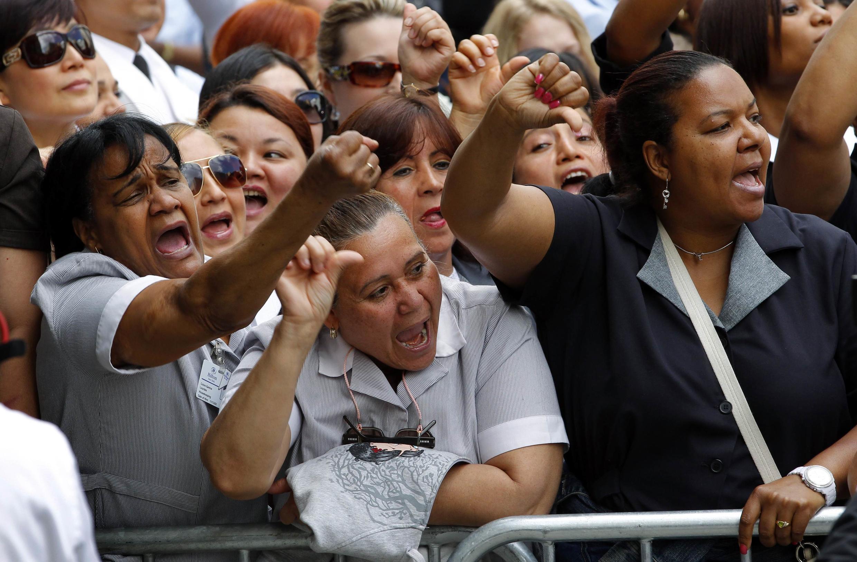 Camareiras protestaram em frente ao tribunal onde Dominique Strauss-Kahn compareceu na segunda-feira.