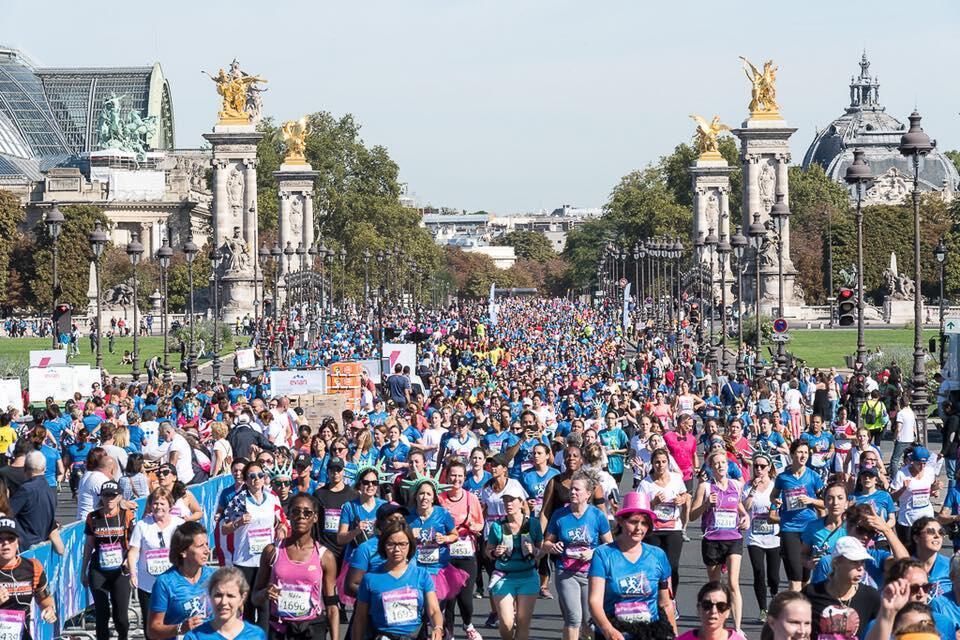 """A 22ª edição da corrida """"La Parisienne"""" , só para mulheres, na capital francesa."""