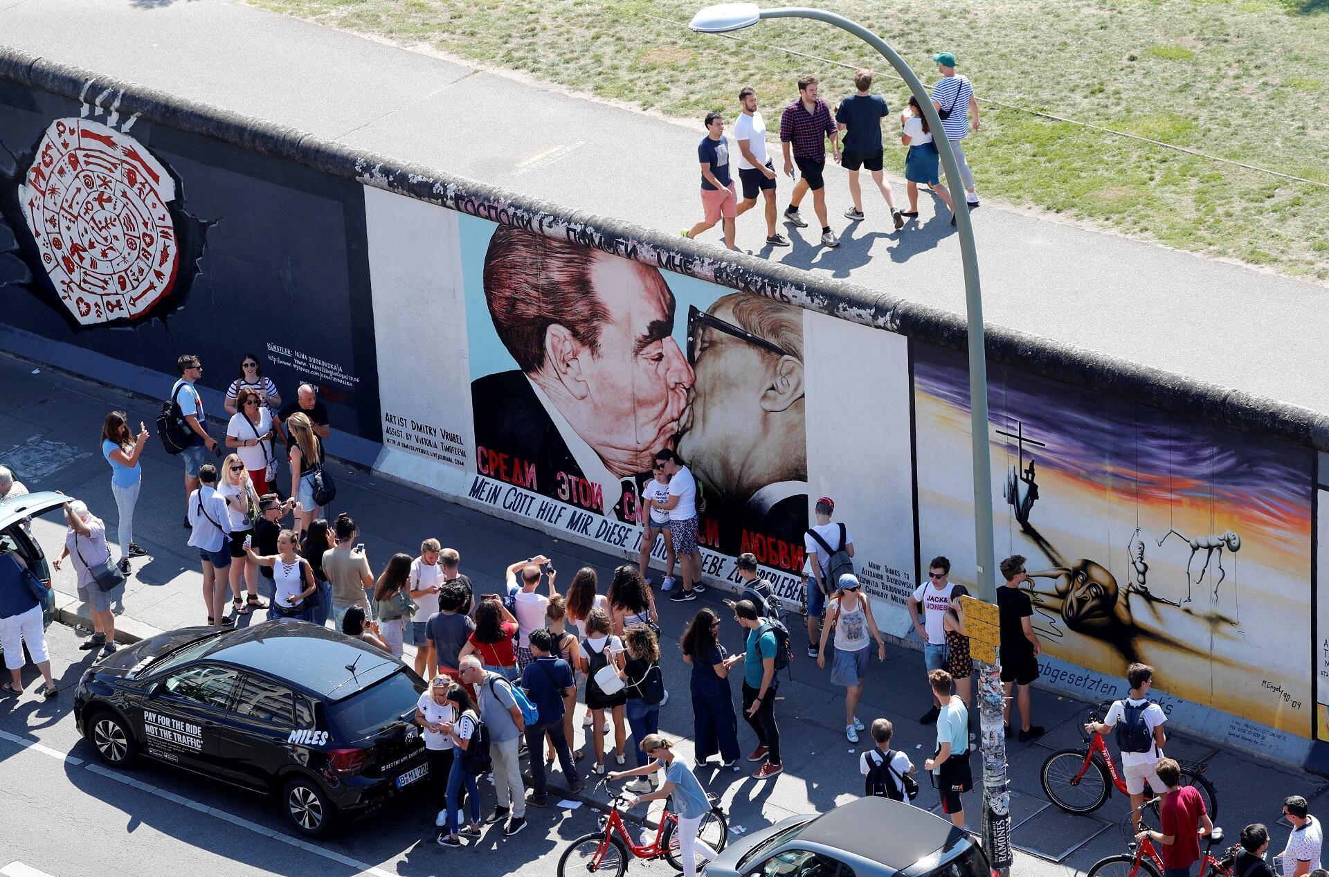 Hình ảnh cựu tổng bí thứ đảng CS Liên Xô Leonid Brezhnev hôn cựu lãnh đạo Đông Đức Erich Honecker, trên một mảng tường Berlin còn lại, Berlin, Đức, ngày 23/08/2019.