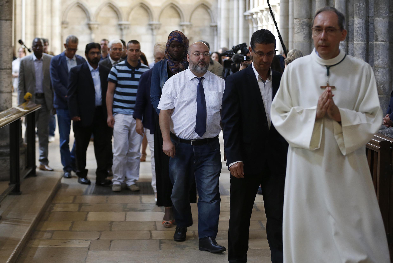 Muçulmanos entraram em igrejas francesas.