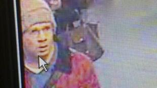 Nova foto do atirador divulgada pela polícia francesa que continua as buscas.