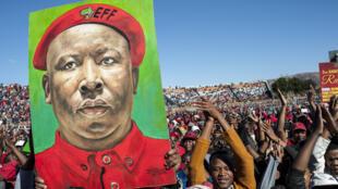 Portrait de Julius Malema brandi par ses partisans de l'EFF pour les deux ans du parti, dans l'Olympia Park Stadium de Rutenburg, le 25 juillet 2015.