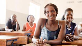 Des adolescentes dans une salle de classe à Bamako.