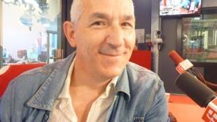 El actor y director Javier Cruz en los estudios de RFI en París.