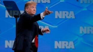 Le président Trump jette un stylo après avoir signé l'ordre exécutif lors de la réunion annuelle de la NRA à Indianapolis, le 26 avril 2019.