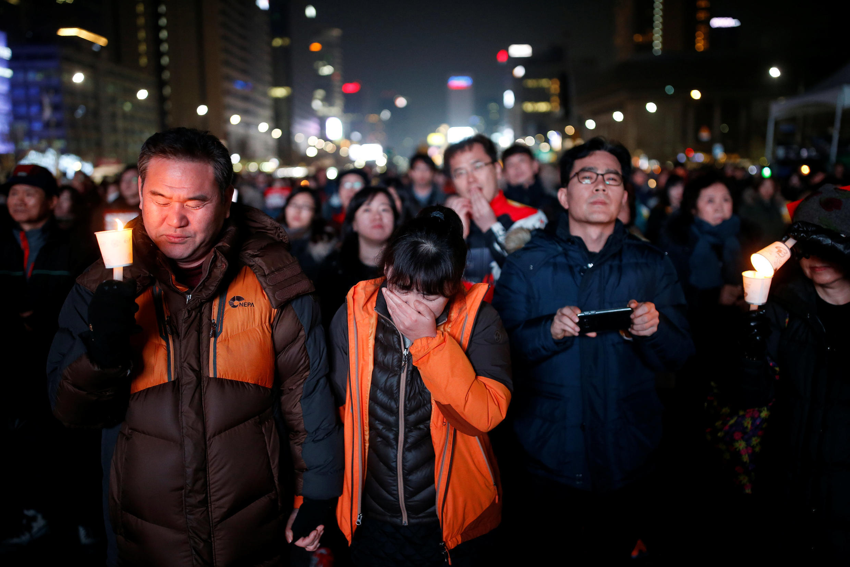 une femme en larmes alors que d'autres souhaitent la destitution de la présidente Park Geun-hye, le 7 janvier 2017