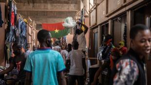 Des Burkinabè dans le marché de Rood Woko à Ouagadougou en avril 2020 (image d'illustration).
