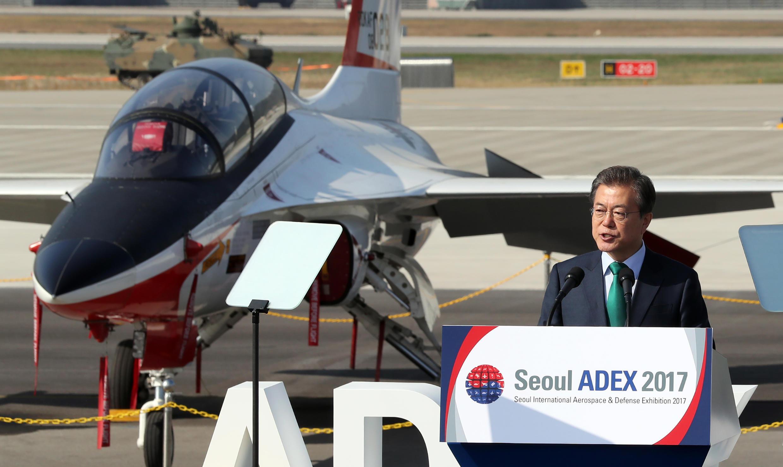 Tổng thống Hàn Quốc Moon Jae In phát biểu bên cạnh một chiếc phi cơ T-50, tại lễ khai mạc Triển Lãm Quốc Phòng và Hàng Không Quốc Tế Seoul (ADEX) ngày 17/10/2017.