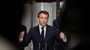 O presidente Emmanuel Macron durante coletiva depois de visitar uma fábrica de máscaras de proteção. 31/03/2020