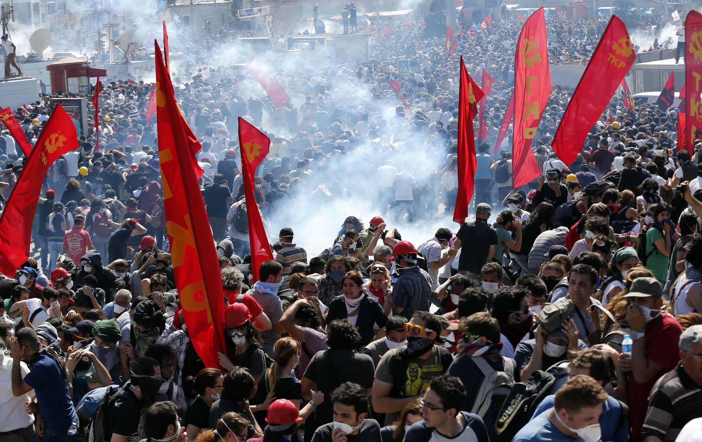 Dans l'après-midi de ce samedi 1er juin, avant le retrait des forces de l'ordre, les affrontements ont été violents sur la place Taksim, baignée de gaz lacrymogènes.