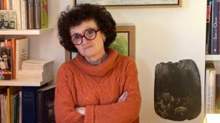 Marie-Hélène Lafon chez elle à Paris, qui a gardé de sa maison dans le Cantal une ardoise.