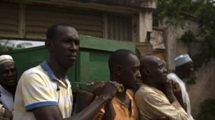Des hommes transportent le cercueil de l'une des victimes des violences au PK5, un quartier musulman de Bangui, le 23 mars 2014.