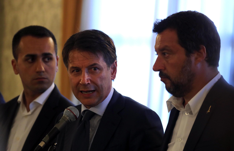 Le Premier ministre italien Giuseppe Conte (c), aux côtés du ministre de l'Intérieur Matteo Salvini (d) et du ministre du Travail et de l'Industrie Luigi Di Maio, à Gênes, le 15 août 2018.
