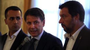 Le Premier ministre italien Giuseppe Conte (c), aux côtés du ministre de l'Intérieur Matteo Salvini (d) et du ministre du Travail et de l'Industrie Luigi Di Maio, a annoncé une série de mesures. Gênes, le 15 août 2018.