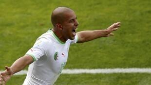 Sofiane Feghouli célèbre son but contre la Belgique au Mondial 2014 au Brésil.