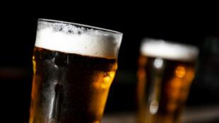 Com bares, cafés e restaurantes fechados e festivais e eventos cancelados, devido à quarentena imposta pela pandemia do coronavírus, 10 milhões de litros de cerveja deverão ser descartados na França.