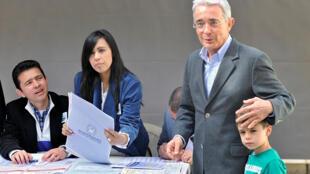L'ancien président colombien Alvaro Uribe votant lors des élections législatives le 11 mars 2018 à Bogota. Il est l'un des grands vainqueurs de ces élections.