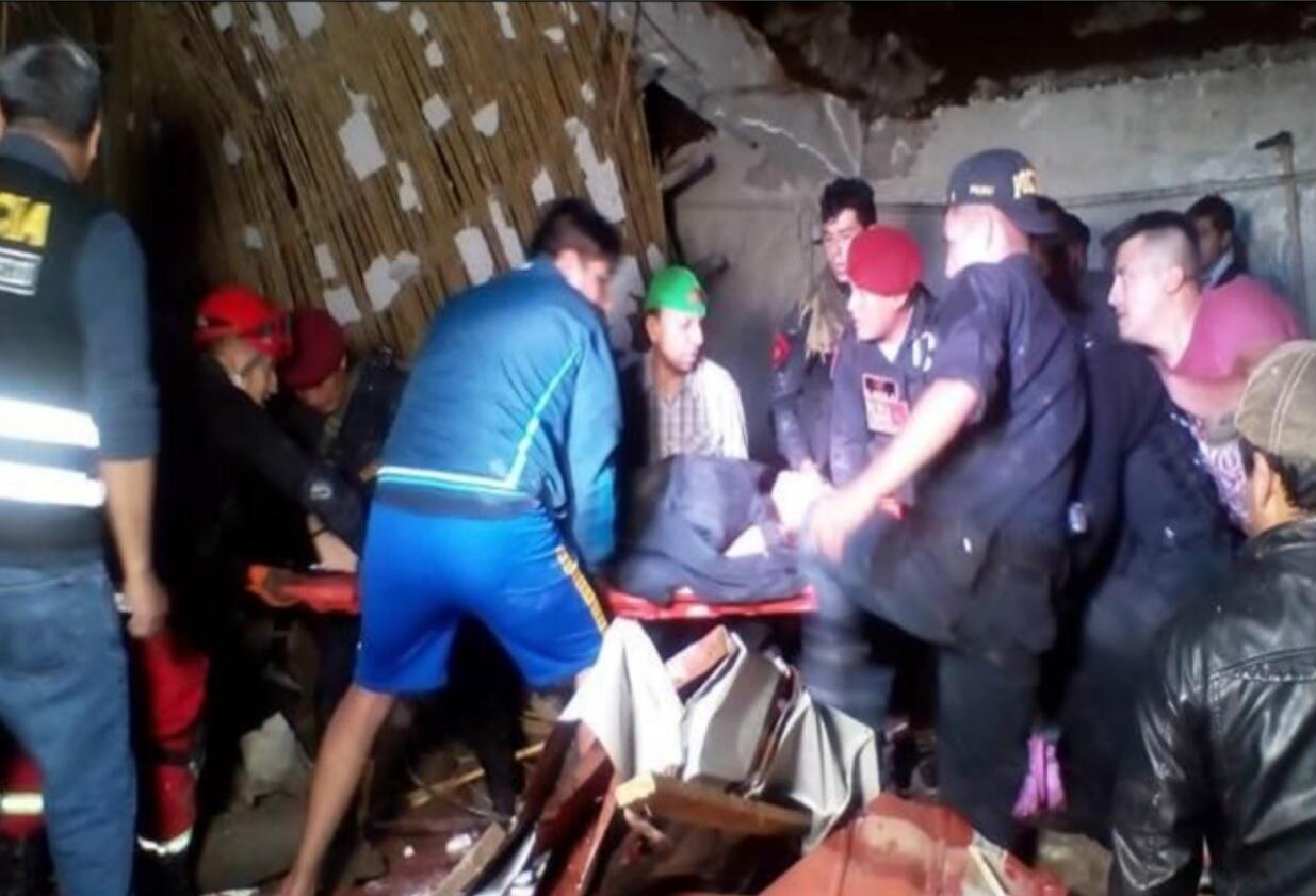 Bomberos y policía de Perú en plena operación de rescate de víctimas del hotel colapsado.