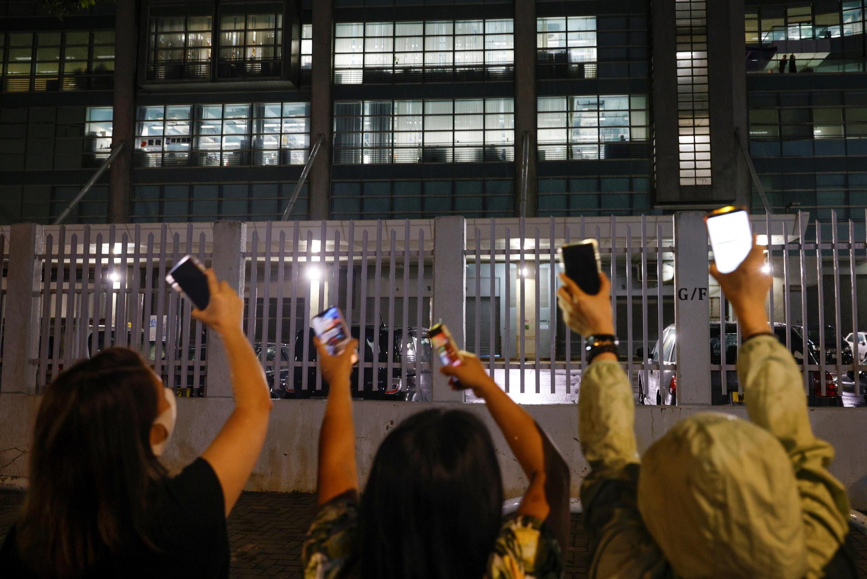 6月23日晚,《苹果日报》大楼外声援的香港民众