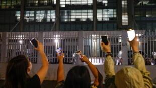 6月23日晚,《蘋果日報》大樓外聲援的香港民眾