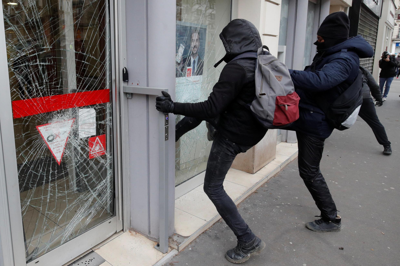 """Black blocs atacam vitrine de banco durante 18° ato dos """"coletes amarelos"""""""