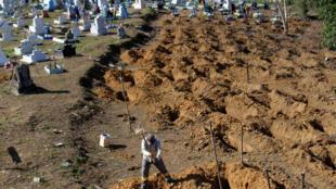O Le Monde utiliza a imagem de trabalhadores preparando as covas dos detentos mortos em Manaus para ilustrar reportagem sobre os massacres nos presídios brasileiros.