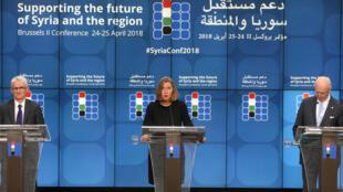 A chefe da diplomacia europeia, Federica Mogherini (centro), junto ao sub-secretário para Assuntos Humanitários, Mark Lowcock (esq.) e Staffan de Mistura (dir.), enviado especial da ONU para a Síria.