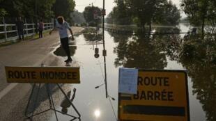 Затопленная дорога в городе Ле-Дам, департамент Эр, 5 июня 2018.