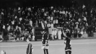 Le podium du 200 m des JO de Mexico : Tommie Smith (c), Peter Norman (g) et John Carlos (d).