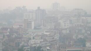 Un brouillard blanc et compact s'abat sur la ville chaque soir depuis deux semaines.