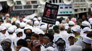 Manifestação em Jacarta, na Indonésia, pede a retirada do prêmio Nobel da líder de Mianmar, Aung San Suu Kyi, que foi duramente criticada pela gestão da crise da minoria rohingya.