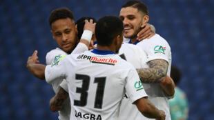 L'attaquant argentin du Paris Saint-Germain, Mauro Icardi, (d), félicité par ses coéquipiers après son triplé contre Angers en quart de finale de la Coupe de France, le 21 avril 2021 au Parc des Princes