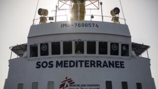 کشتی متعلق به سازمانهای غیر دولتی و پزشکان بدون مرز با لوگو  SOS Mediterranee، در یک عملیات جستجو در دریای مدیترانه در ٢٠ مایلی سواحل لیبی.  جمعه ۲۰ مرداد/ ۱۱ اوت٢٠۱٧